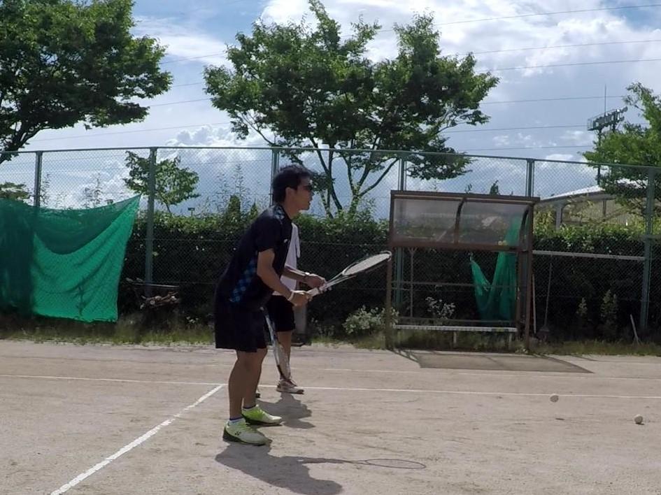 ソフトテニス・個別練習会 2018/06/30(土)午後 中学生・二時間 滋賀県近江八幡市 ご指名ありがとうございました。 ありがとうございました。 個別練習会について。 個別練習会はマンツーマンから複数人数にて出張練習会を承っております。当日は可能な限り動画を撮影し提供しております。 通常練習会では参加者の人数も多いのでなかなかアドバイスできない事があります。個別練習会でアドバイスを独り占めしてみてはいかがでしょうか。また、乱打の相手やボレーボレーの相手などのヒッティングパートナーとしてご利用下さい。(※中学生くらいまででお願いします。ボレーボレーはいけると思いますが、乱打は高校生男子はきついです。) 「もっと早く連絡しておけば良かった」というお言葉をいただきます。ご興味ある方おられましたら勇気を出してご連絡お願いいたします。 料金は、コートを抑えていただいた上で1時間2000円+交通費です。ボールなどはこちらで用意します。人数が多くなると一人当たりが安くなりますが少人数の方がアドバイス、打球機会も多くなりよろしいかと思います。 http://www.one315.com/?cat=3 レギュラー練習会の予定がある日はうけつけておりません。カレンダーからスケジュールを確認してください。「個別練習会」と表記しています。「一人で2時間は多いのでは」と思われるかもしれませんが、動画撮影・確認、説明や休憩などを挟むので一人でも問題ないかと思います。様子を見ながら行います。 ご質問・ご連絡は→one315stt@gmail.com (携帯電話・スマホからの連絡の際は受信設定をしてください。連絡を頂いた際は可能な限り迅速に返信しています、返信がない場合は受信設定をご確認下さい。もしくはメールに電話番号を明記ください。連絡させていただきます。)